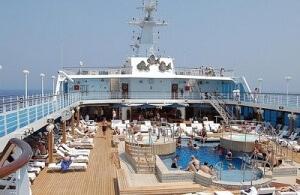 Das Pooldeck der MS Nautica