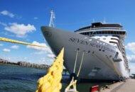 Seven Seas Explorer an der Kaikante von Warnemünde